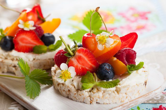 На фото Рисовые хлебцы с творогом, ягодами и персиком