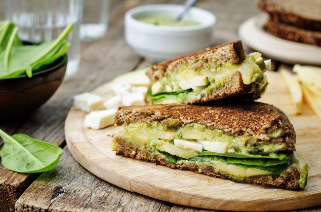 На фото Ржаной бейгл с овощами и сыром