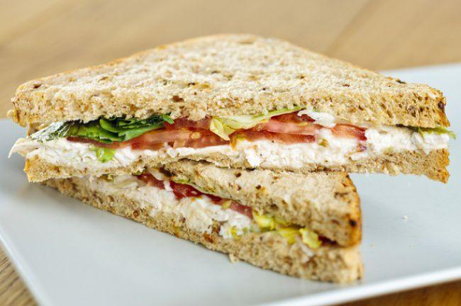 На фото Куриные бутерброды с плавленным сыром