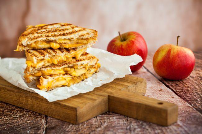 На фото Оригинальные тосты с сыром и яблоками по-французски