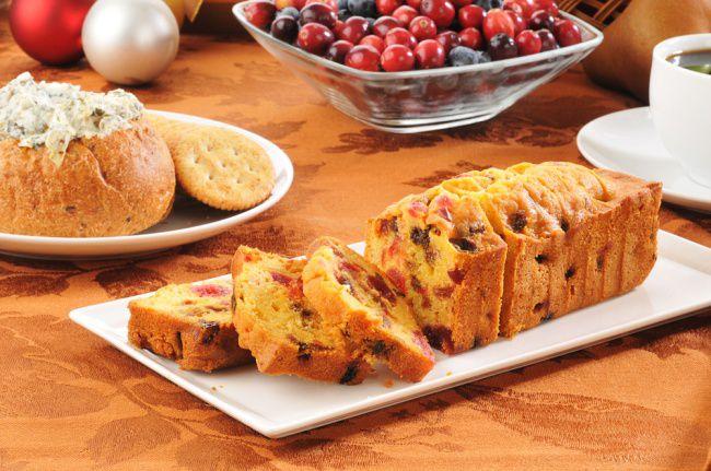 На фото Домашний хлеб в духовке с медом, клюквой и портвейном