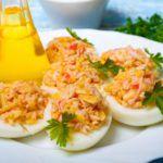Рецепт Закуска из яиц с сыром и крабовыми палочками