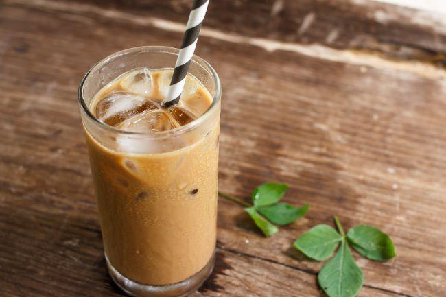 На фото Ямайский черный кофе со сливками и льдом