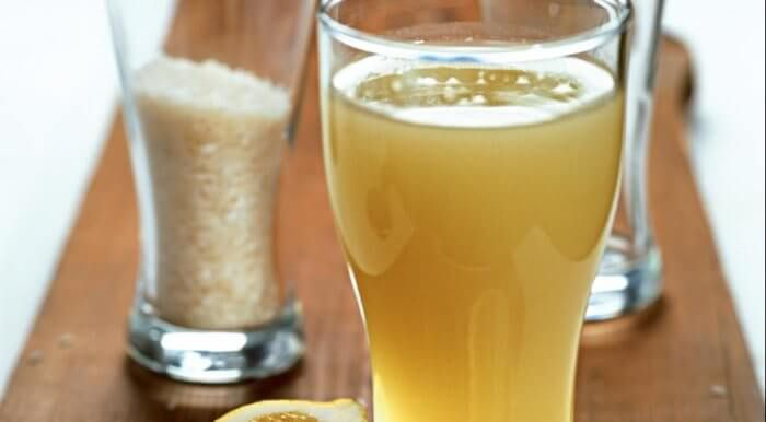 На фото Лимонный квас с дрожжами (рецепт с рисом и изюмом)