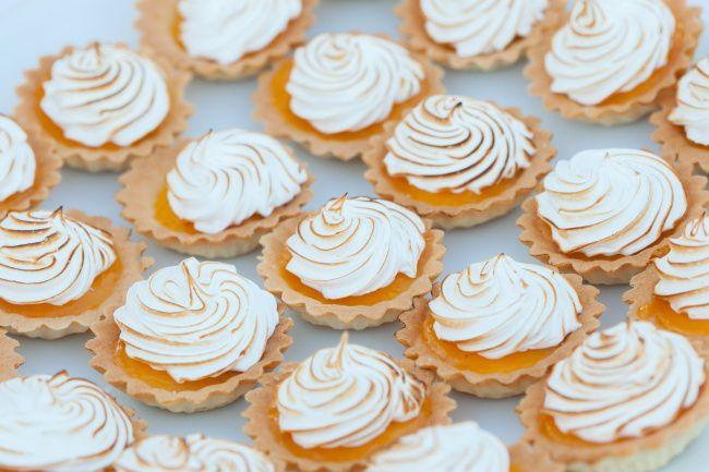 На фото Сладкие тарталетки (мини) с лимонным кремом и меренгой
