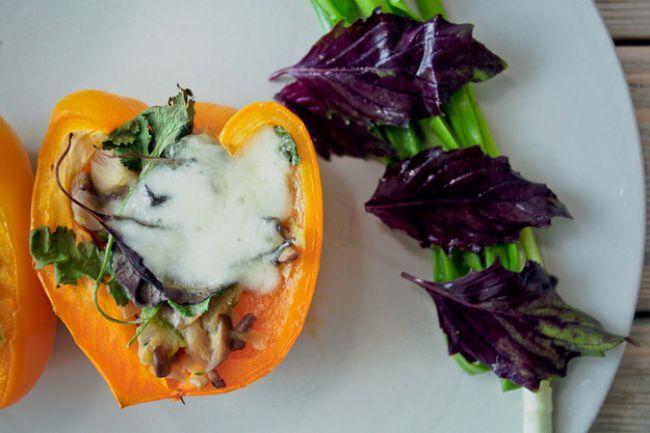 На фото Вкусный болгарский перец фаршированный грибами и кабачком