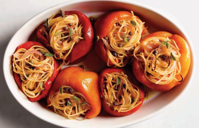 На фото Запеченный перец, фаршированный половинками, со спагетти