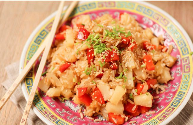 На фото Вкусный рис на гарнир с ананасом и сладким перцем