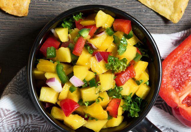 На фото Праздничный салат на день рождения из манго и болгарского перца