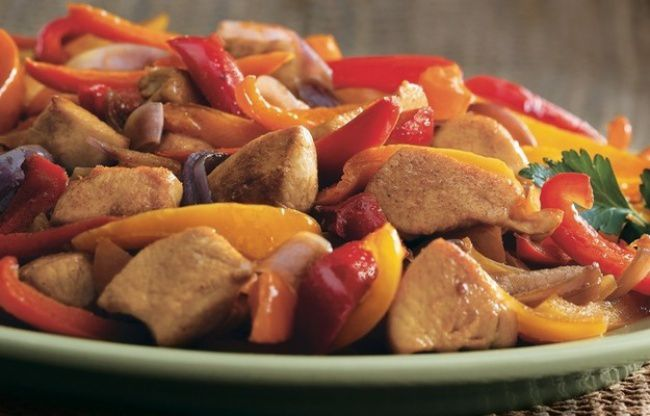 На фото Соте из овощей с куриной грудкой и персиком