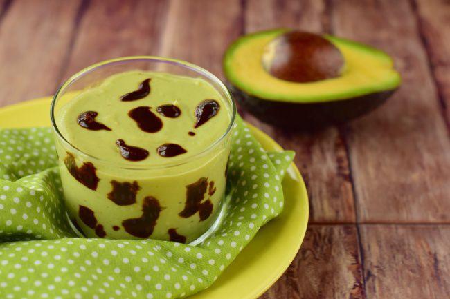 На фото Шоколадный пудинг из авокадо