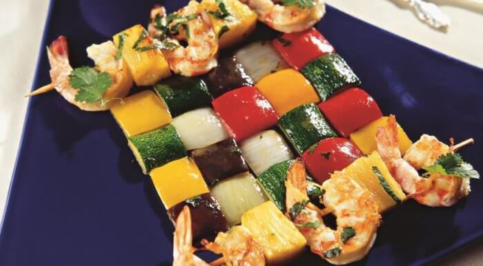 На фото Свежий шашлык с креветками и ананасом