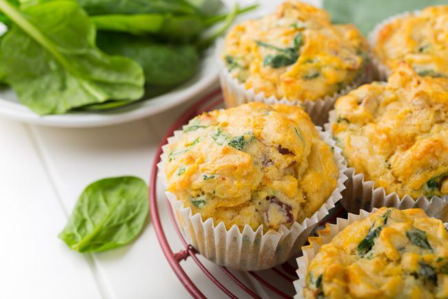 На фото Вкусные маффины с сыром