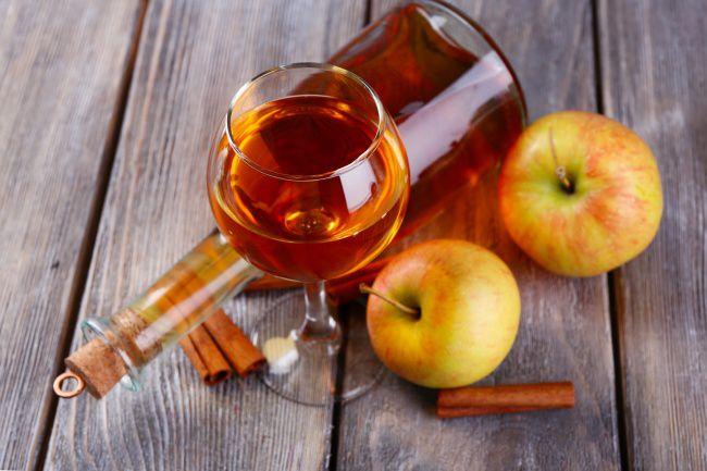 На фото Вкусное вино из яблок в домашних условиях (простой вариант)