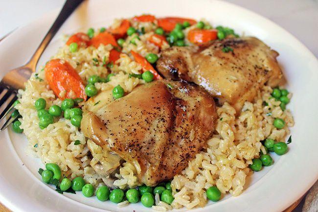 На фото Запеченные куриные бедра в духовке