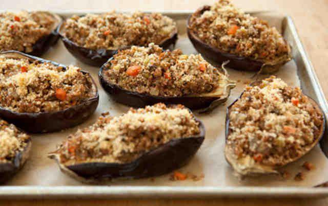 На фото Ароматные и вкусные баклажаны-лодочки, запеченные в духовке
