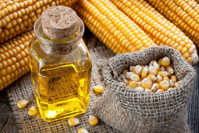 На фото Полезно ли кукурузное масло?