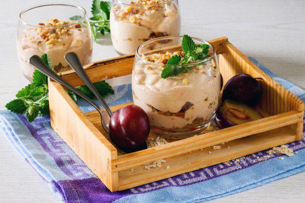 На фото Сливовый десерт с творожным кремом