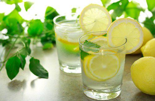 На фото Лимонная вода