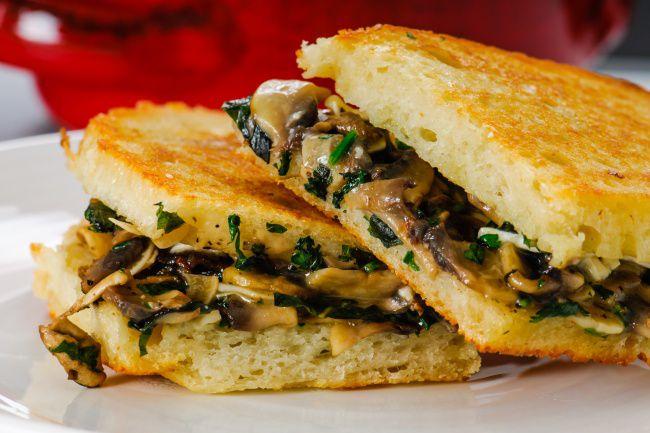 На фото Тост любимой с грибами и сыром