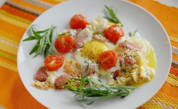 На фото Классический рецепт: Яичница с колбасой
