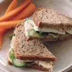 Рецепт Сэндвич с огурцом, хумусом, фетой и мятой