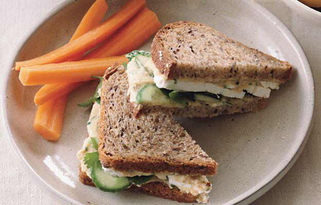 На фото Сэндвич с огурцом, хумусом, фетой и мятой