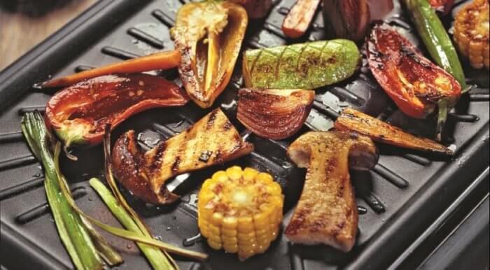 На фото Белые грибы и овощи-гриль в домашних условиях
