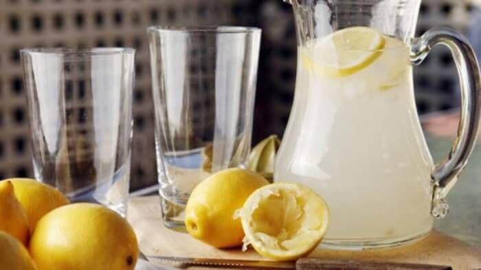 На фото Вкусный квас лимонный