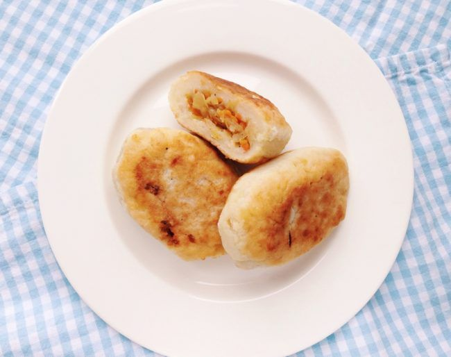 На фото Ленивые картофельные зразы с двумя видами начинки