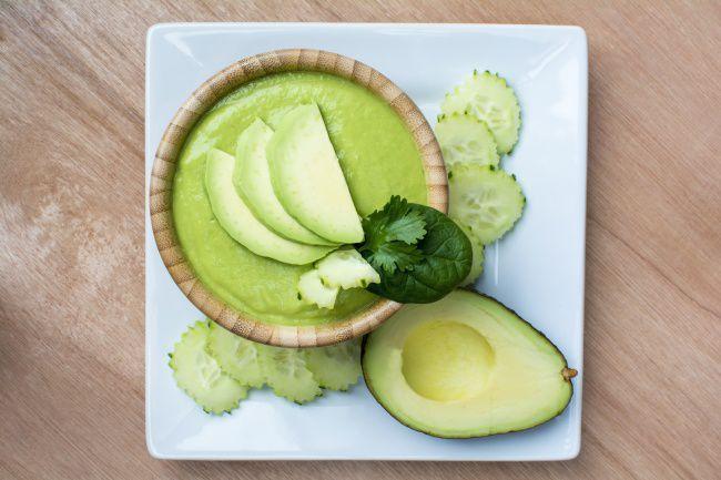 На фото Легкий суп из огурцов с авокадо