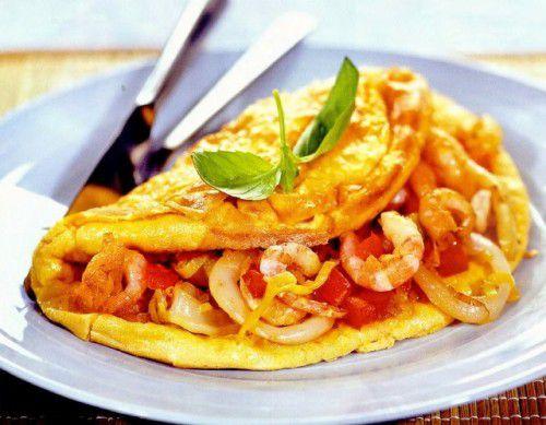На фото Омлет с морепродуктами в мультиварке Редмонд