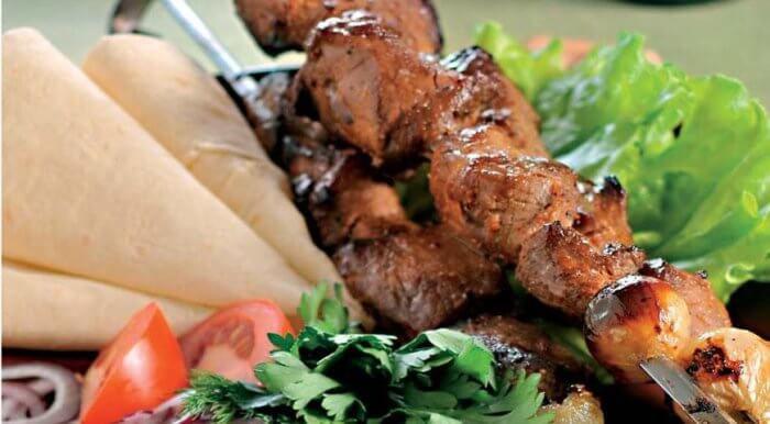 На фото Лучший шашлык из свинины (маринад — самый вкусный)
