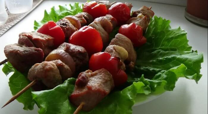 На фото Нежный шашлык в духовке на шпажках (из свинины)