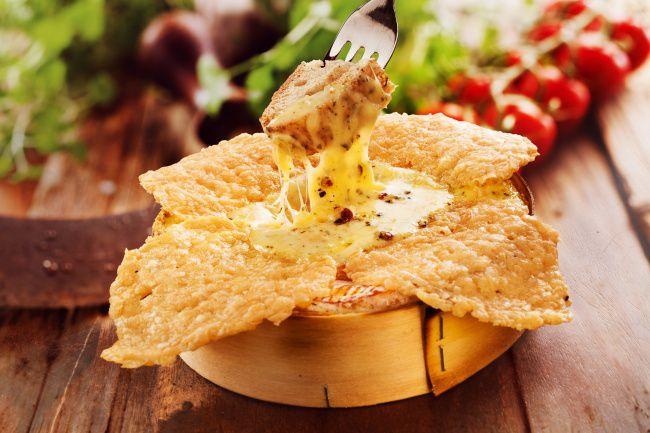 На фото Сырные вкусные чипсы в духовке