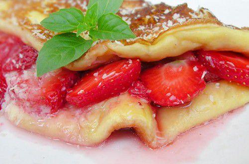 На фото Ванильный омлет с ягодами в мультиварке Редмонд