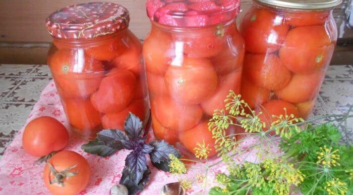 На фото Сахарные помидоры, маринованные на зиму в литровых банках