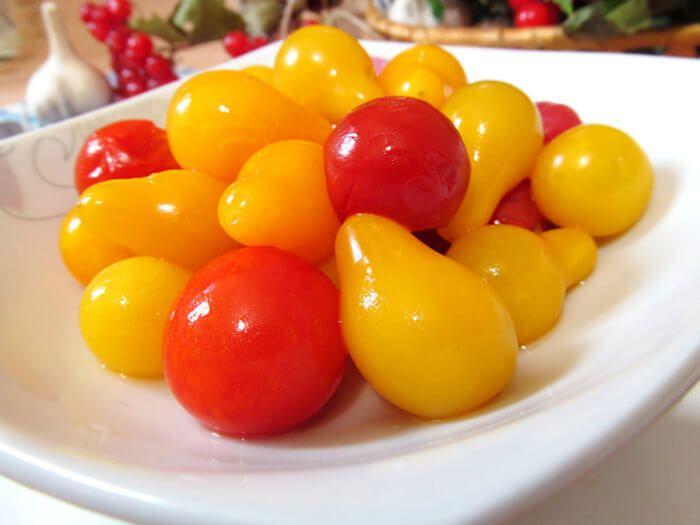 На фото Соленые помидоры черри на зиму