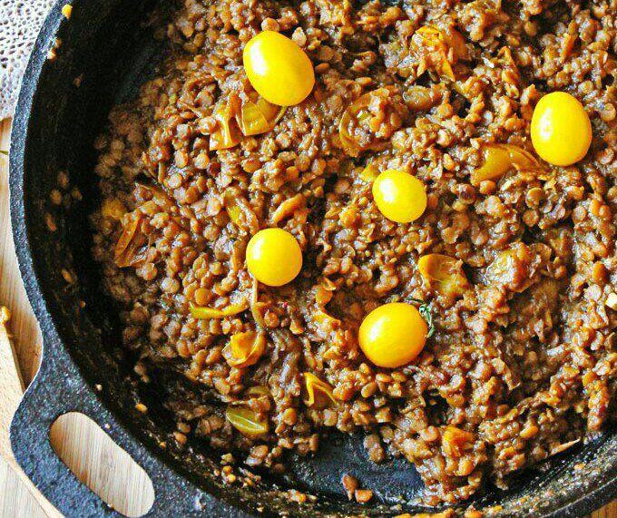 На фото Эфиопское чечевичное рагу без мяса