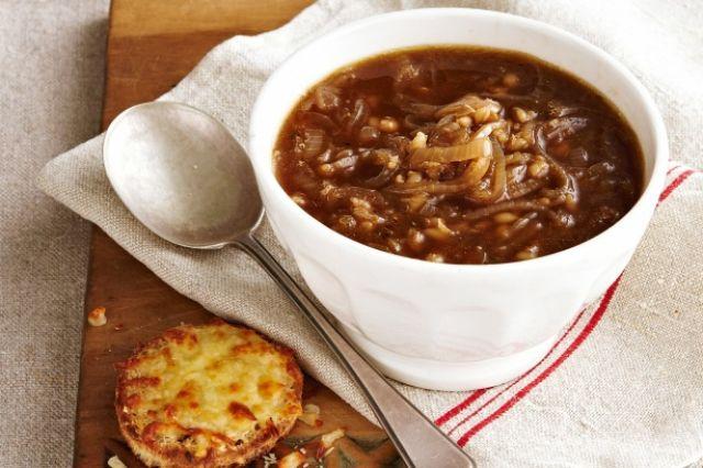 На фото Луковый суп для похудения