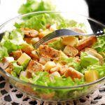 Рецепт Простой и вкусный куриный салат Цезарь с сыром