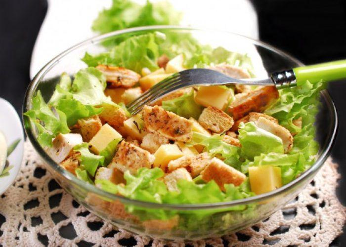На фото Простой и вкусный куриный салат Цезарь с сыром