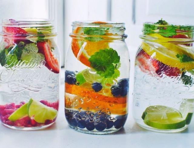 На фото Фруктовый напиток: как сделать воду вкусной и полезной? Инфографика
