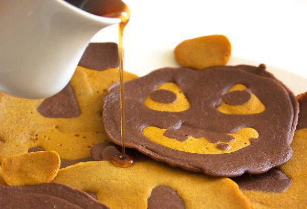 На фото Тыквенно-шоколадные оладьи на Хэллоуин