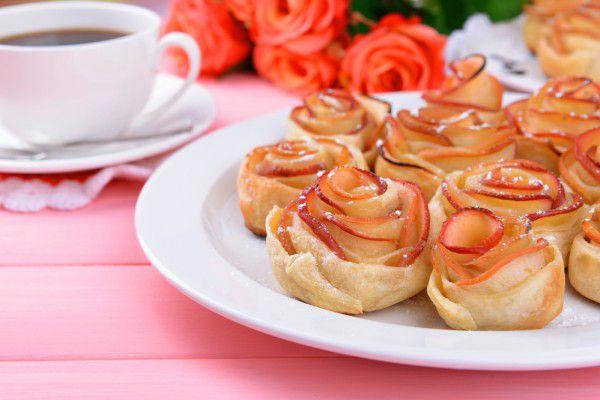 На фото Яблочные розы из слоеного теста