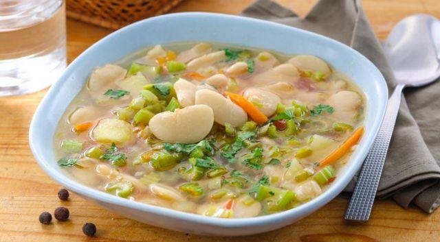 На фото Суп из сельдерея (боннский суп) для похудения