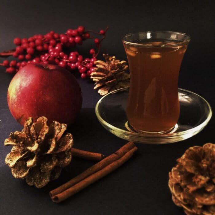 На фото Ароматный чай с яблоком и корицей