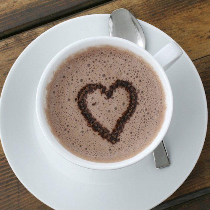 На фото Горячее какао на молоке с орехами