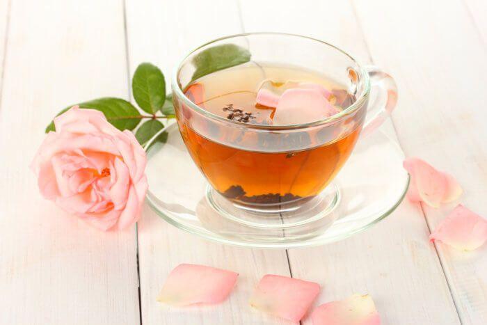 На фото Волшебный чай из розы