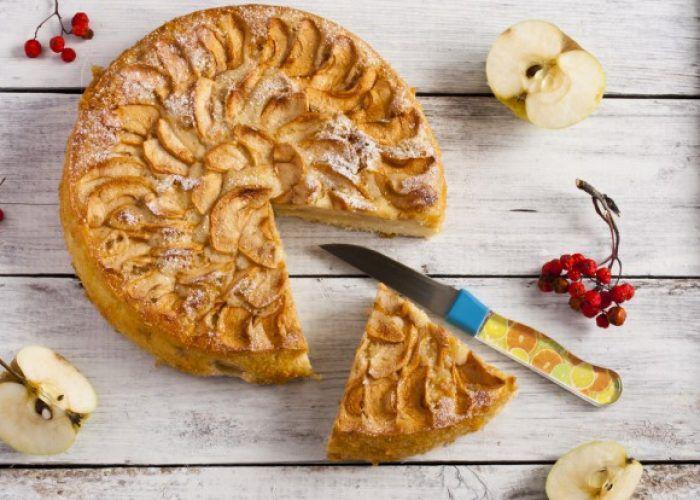 На фото Быстрый пирог с яблоками (простой, без яиц)